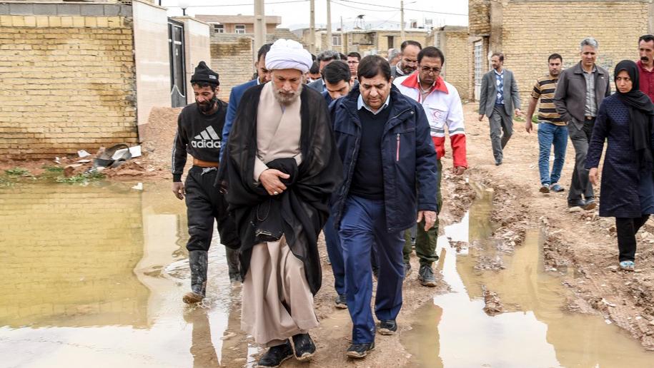 لجنة تنفید أمر سماحة الامام (ره) تقدم الاغاثة الی المنكوبین بالفیضانات في محافظة فارس