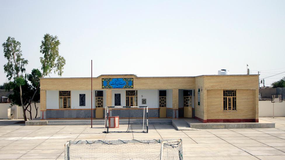 بنیاد برکت 60 مدرسه در کرمان میسازد