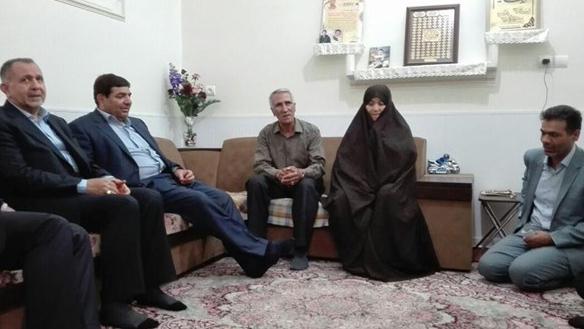 رئیس لجنة تنفیذ أمر سماحة الامام (ره) یلتقي بأسرة الشهید امیر حسیني و اسرة الشهید نجفي