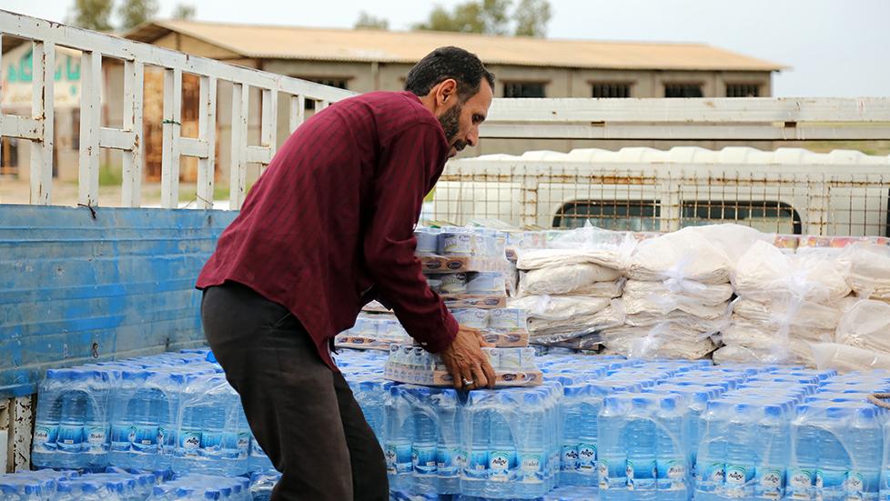 تقرير مصور عن مبادرات لجنة تنفید أمر سماحة الامام (ره)  في المناطق المنكوبة بالفیضایان في محافظة خوزستان ( القسم الاول )