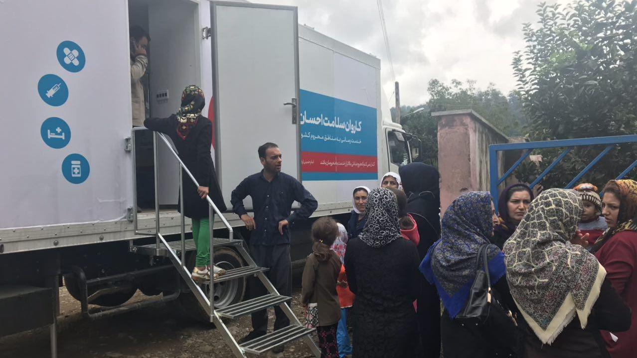 قافلة الاحسان للصحة و السلامة تقدم خدماتها الی اهالی المدن التي تعرضت للفیاضات في المحافظات الشمالیة