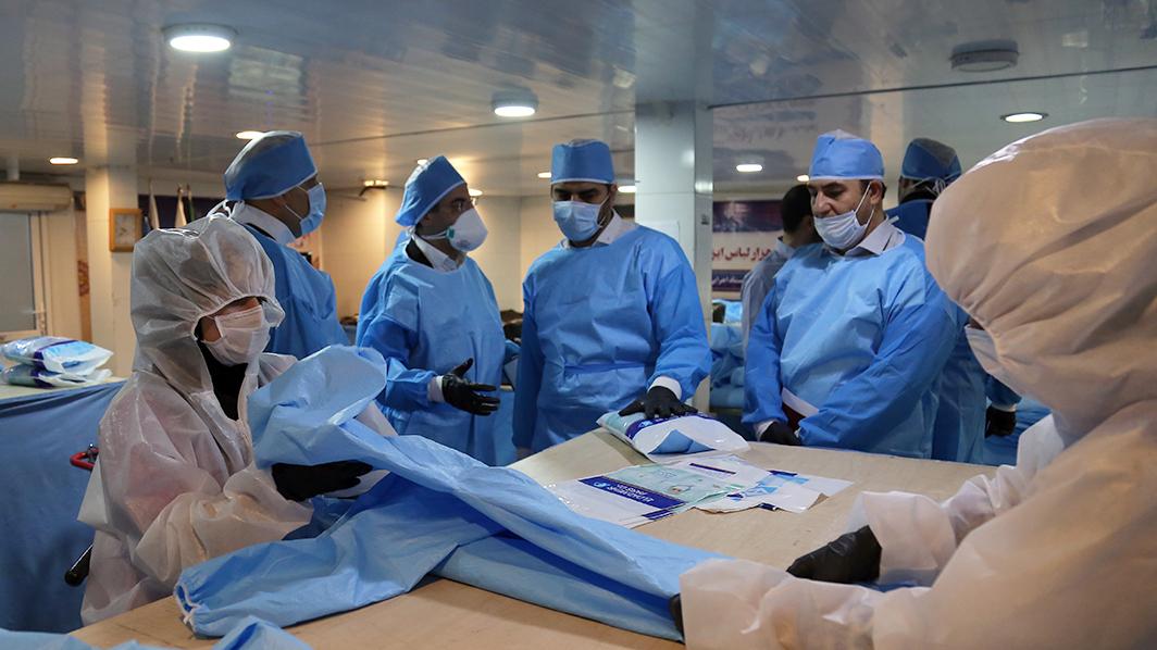 گزارش تصویری راهاندازی خط تولید ۶۰ هزار لباس ایزوله بیمارستانی توسط بنیاد برکت ستاد اجرایی فرمان حضرت امام(ره)